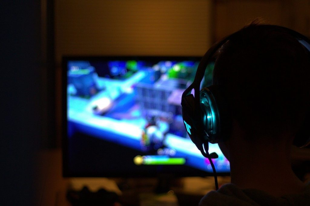 make money playing video games on YouTube